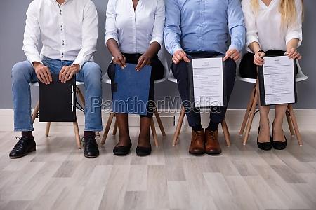 geschaeftsleute warten auf job interview