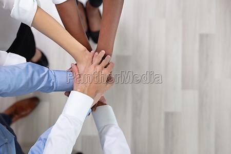 mitarbeiter stapeln gemeinsam haende