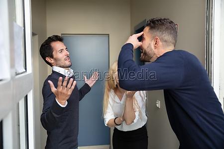 mann streitet mit seinen nachbarn