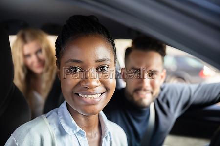afro, afrikanische, frau, sitzt, im, auto - 27376318