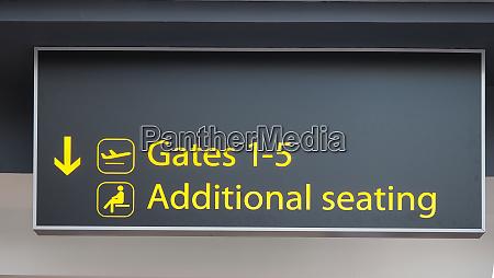 gates schild am flughafen