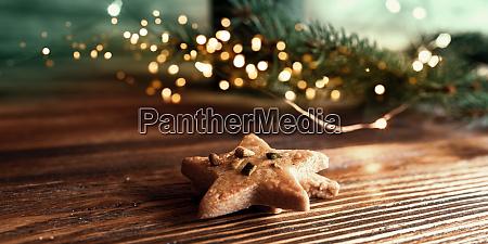 weihnachten stillleben mit plaetzchen und goldenen