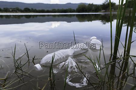 plastikwasserflaschen verschmutzung im fluss plastikmuell im