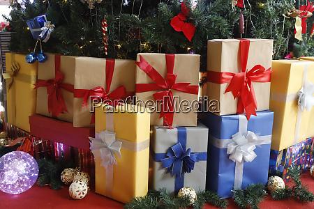 geschmueckter weihnachtsbaum mit geschenken vietnam indochina