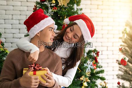 paar weihnachtsfeier umarmt