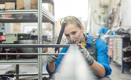 frau metallarbeiter in der UEberpruefung der