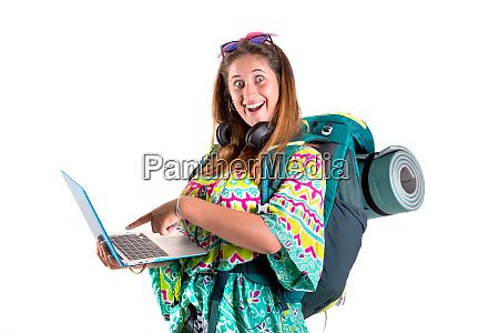 reisende maedchen mit rucksack und laptop