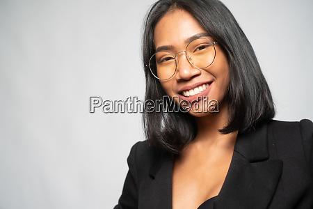 portraet einer attraktiven jungen asiatischen laechelnden