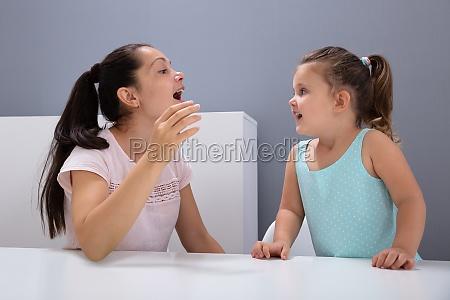 sprachtherapeut hilft dem maedchen wie man