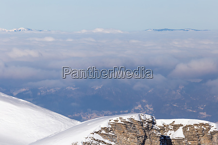 panorama der winteralpen mit niedrigen wolken