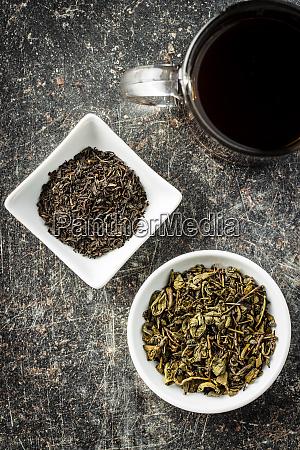 getrocknete schwarze und gruene teeblaetter