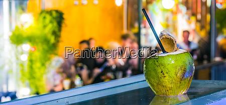 frisches kokosgetraenk in der bar in
