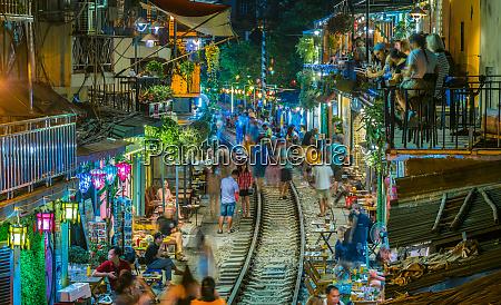 beruehmte train street beliebtes touristenziel in
