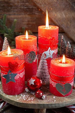 bunte kerzen und festliche dekorationen