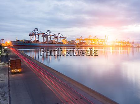 lkw transportcontainer auf der strasse zur