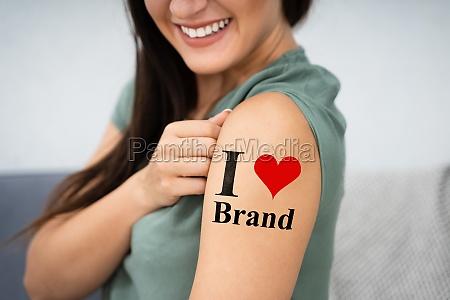 frau zeigt ich liebe marke tattoo