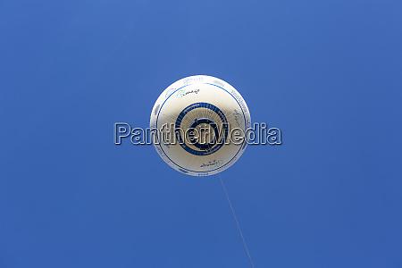 beobachtungsballon mit einem korb fuer menschen