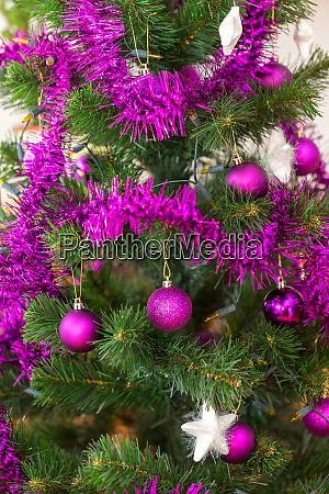 violett geschmueckter weihnachtsbaum