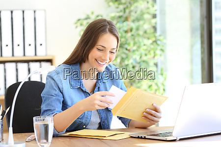 gluecklicher unternehmer legt dokument in einen