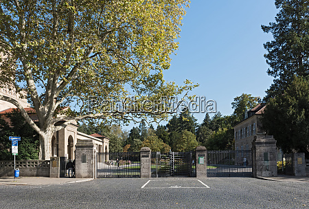 obereingang zum hauptfriedhof in frankfurt deutschland