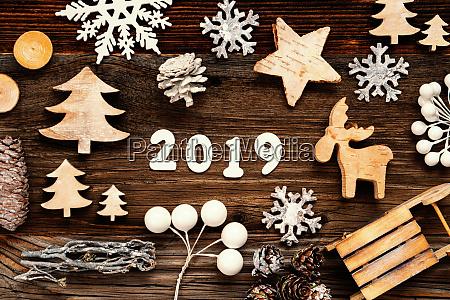 holz weihnachtsdekoration 2019 baum tannenzapfen und