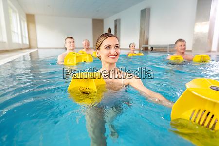 junge frau in der aquarobics klasse