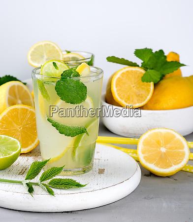 sommer erfrischendes getraenk limonade mit zitronen