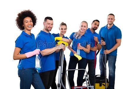 glueckliche gruppe von janitor steht mit