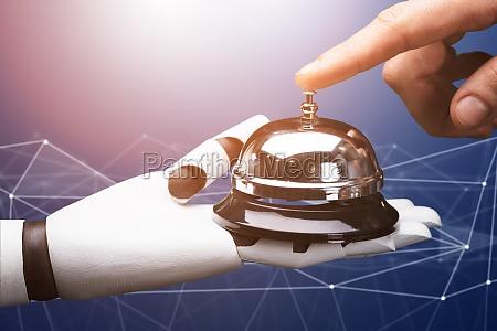 nahaufnahme einer person klingeln service bell
