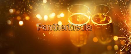 silvester jubelt mit champagner