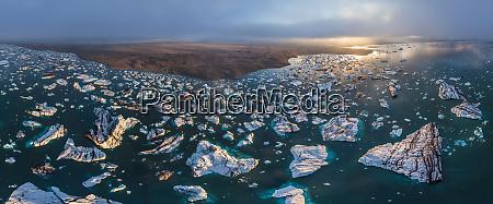 luftaufnahme einer gruppe von eisbergen in