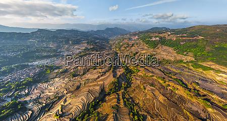 panoramablick auf die yuanyang hani reisterrassen