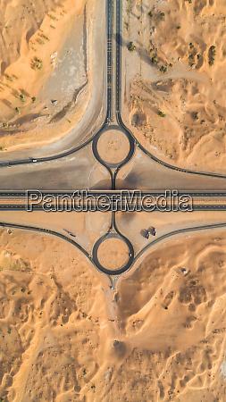 luftaufnahme des geometrischen kreisverkehrs und der