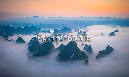 panoramablick auf die guilin mountains waehrend