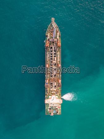 luftaufnahme des sandbaggerbootes im persischen golf