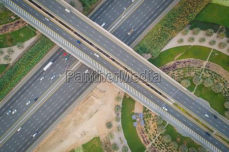luftaufnahme von autos auf UEberflugstrassen in