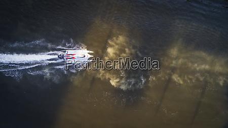 luftaufnahme des schnellbootes im khalid see