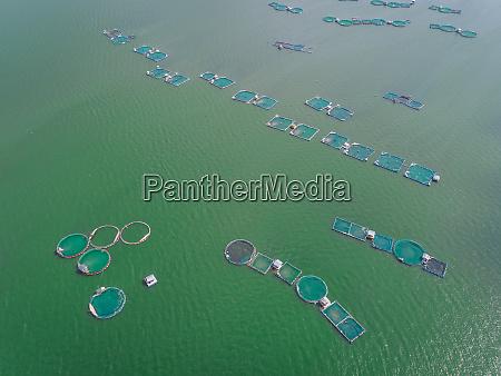 luftaufnahme von fischfarmpools in talisay philippinen