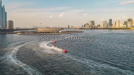 luftaufnahme von schnellbooten waehrend des rennens
