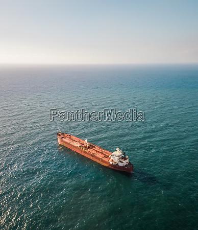 luftaufnahme eines schifffahrtsbootes im mittelmeer in
