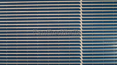 abstrakte luftaufnahme eines solarpanelparks in der