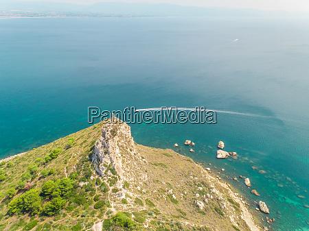 luft panoramablick auf kueste schnellboot und