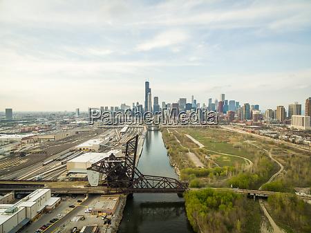luftaufnahme der eisenbahnbruecke ueber den chicago