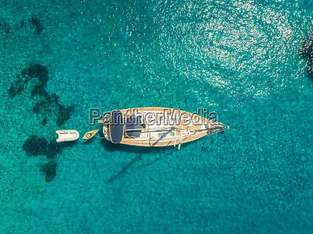 luftaufnahme des segelbootes das im kristallwasser