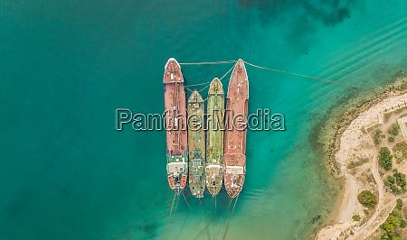 luftaufnahme alter frachtschiffe die im mittelmeer