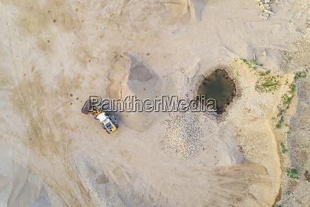 luftaufnahme des sandabbaus in mustu estland