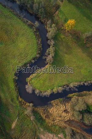 luftaufnahme des flussquerwaldes im herbst estland