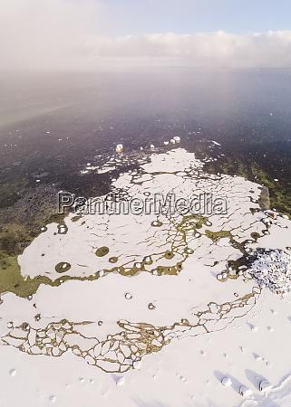 abstrakte luftaufnahme des windigen schneebedeckten meeres