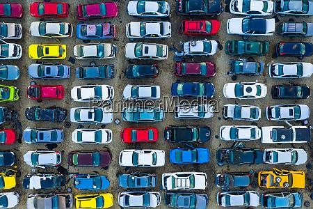 luftaufnahme von reihen alter autos die