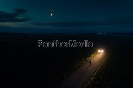 luftaufnahme des mannes der nachts mit